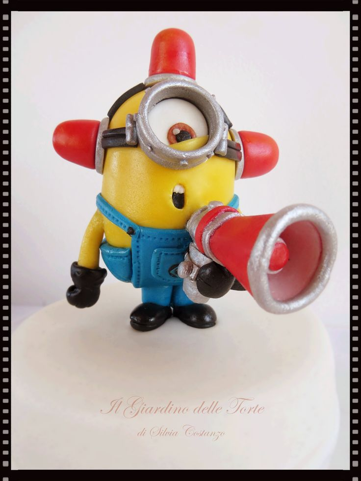 Bee-do! Bee-do! The fire alarm minion is coming! - I made it for the 43th birthday of Alessandra, a dear friend of mine. She loves minions, especially the fire alarm minion…and me too!! :)