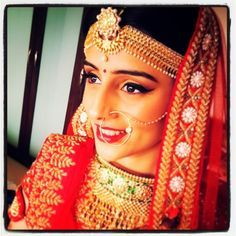 A stunning Indian Rajasthani bride with a heavy mathapatti.A mantikka is enhanced when there is a veil over the head. Shop for mangtikkss and your wedding jewellery with Bridelan - a personal shopper & stylist for weddings. Website www.bridelan.com #Bridelan #mangtikka