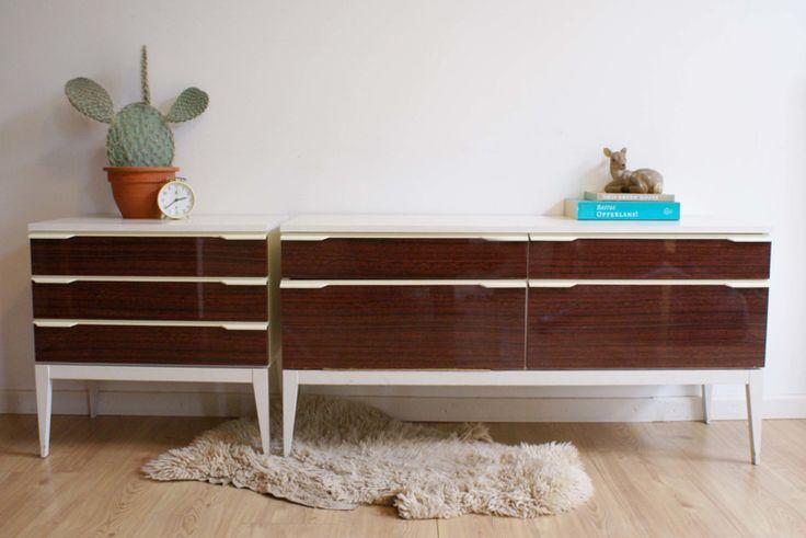 Vintage dressoir met bijpassend nachtkastje. Retro kaptafel / sidetable, bruin/wit