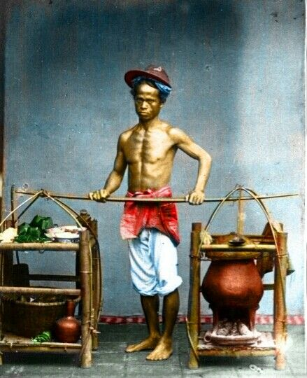 Een man uit Batavia met pikolan voor het transport van zijn warong (Seorang pria dari Batavia dengan pikolan mengotong warungnya) Tak jelas apa yang ia jual,  soto betawi atau laksa betawi-kah ini? Diabadikan sekitar tahun 1870. Sumber:Wikimedia Commonsdari koleksiTropenmuseum of the Royal Tropical Institute (KIT)[…] #colorisedphoto  http://soekarno-indonesia.blogspot.co.id/2011/07/batavia-soto-betawi-1870-potret-seorang.html?m=1