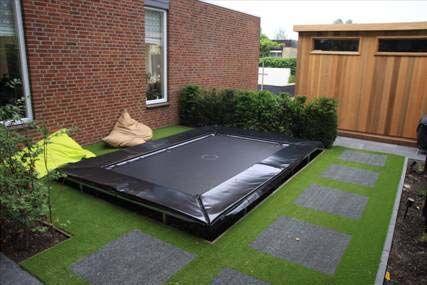 Dit ontwerp is van Eric van Gelder stijltuinen.  De trampoline is door Paul Schrama Tuinontwerp geleverd. De zwarte rand heeft meteen iets stijlvols.
