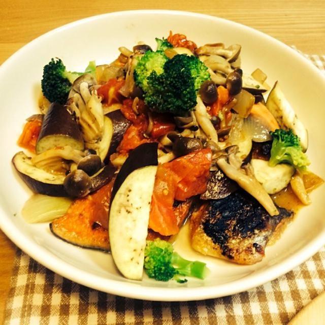 簡単でおいしいからお気に入り(*Ü*)♡ 白身魚、鶏肉、でもあいます☻ັ 野菜もなんでもいれて! - 170件のもぐもぐ - *簡単にきのことトマトのサーモンのムニエル* by chocoaya