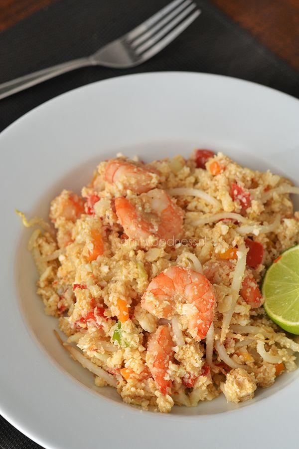 Heel erg Paleo, heel gezond en heel erg lekker is deze gebakken bloemkoolrijst met garnalen waarin de rijst inderdaad wordt vervangen door bloemkool.