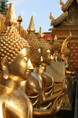 Différentes statues de Bouddha du Wat Phra that Doi Suthep.