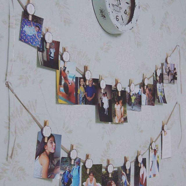 Идея повесить на прищепки Катюхины фотографии #отмаладовелика оказалась мега крутой. Она росла в Москве, и никто из приглашенных нижегородцев не знал ее в детстве. Цифры на прищепках показывали возраст именинницы. Фотки встречали гостей в коридоре, и пока одни раздевались, другие уже хохотали над ее детскими гримасами. Так что фотографии помогли всем пришедшим прямо у порога окунуться в разговор и расслабиться.  #рукумелкиндом #дом #самсебедизайнер #самсебедекоратор #люблюсвоюсемью…