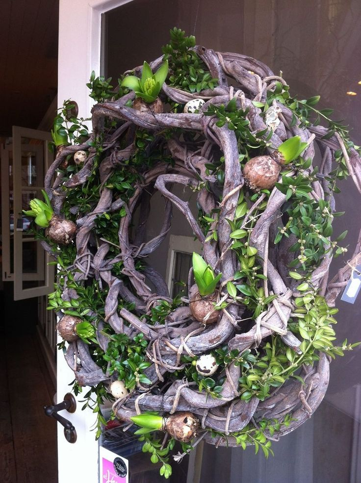 ♥ Love Love Love- this wreath must be amazing when the bulbs are in bloom.