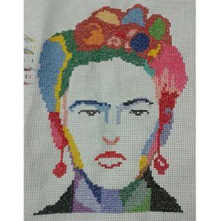 Terminado mais um trabalho lindo e que amei ter feito. Que venha outras imagens da Frida pra bordar! xxxxxx #bordadocontemporaneo #pontocruz #bordado #crossstitch #FridaKahlo #PopArt