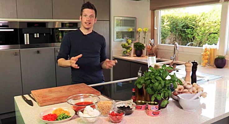 bereiden: Doe de tonijn in een zeef zodat de olie eruit kan lekken. Stoof ondertussen voor de saus de fijngesnipperde sjalot en look aan in een scheutje olijfolie. Verwijder het kroontje van 2 rijpe tomaten en maak vanboven een kleine insnijding. Leg de tomaten 10 seconden in kokend water, laat afkoelen in koud water en pel ze. Blus de gestoofde sjalot en look met een scheutje witte wijn en laat uitkoken. Voeg de visfumet en d...