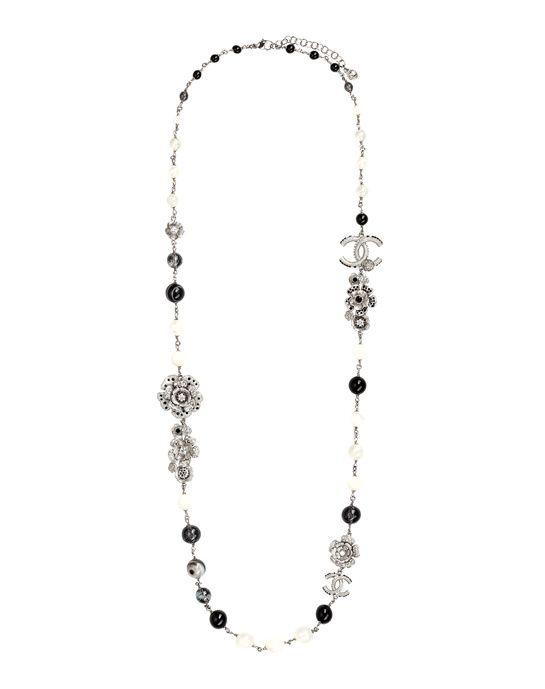 Sautoir Chanel en argent, perles et strass http://www.vogue.fr/mode/shopping/diaporama/les-classiques-de-la-parisienne/9292/image/563958#des-perles