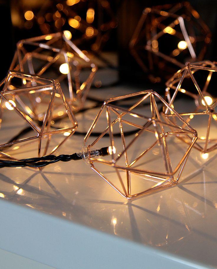 Edge er en utrolig dekorativ LED lysslynge fra Star Trading med 10 asymmetriske baller i metall med kobber utførelse. Edge kommer også i messing og sølv utførelse og som adventsstjerne i samme farger.