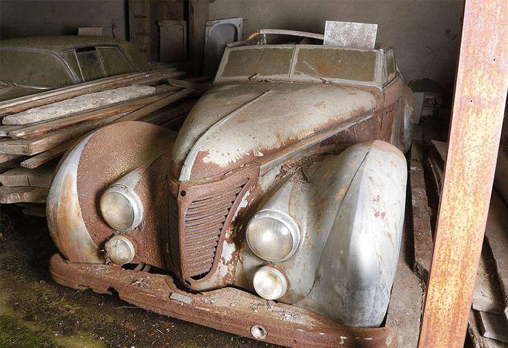 Une découverte des plus incroyables vient d'être faite en France : 60 voitures exceptionnelles de la collection Baillon, datant d'il y a 50 ans, retrouvées dans une propriété sous des abris de fortune. SooCuriousvous raconte cette incroyable histoire qui va...
