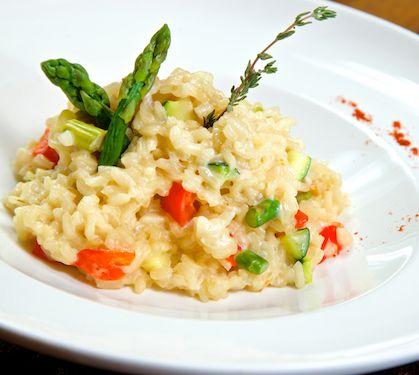 Risotto aux légumes de printemps et 3 fromages | Envie de bien manger. Plus de recettes italiennes ici www.enviedebienmanger.fr/idees-recettes/recettes-italiennes