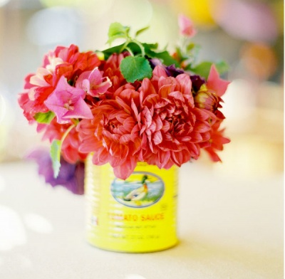 use Mexican food tins for Cinco de Mayo flowers always thought these cans were too cute to recycle!