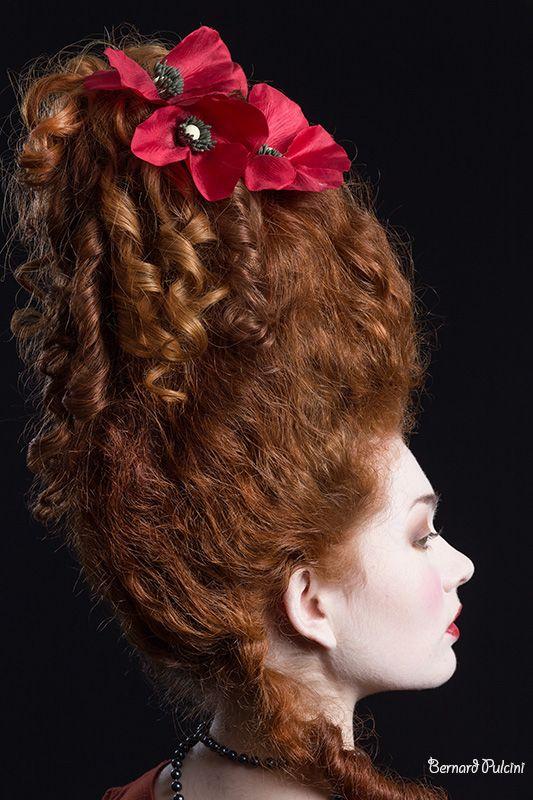 Coiffure et maquillage historique époque XVIII Marie Antoinette sur perruque réalisés par Maya Rogers pour l