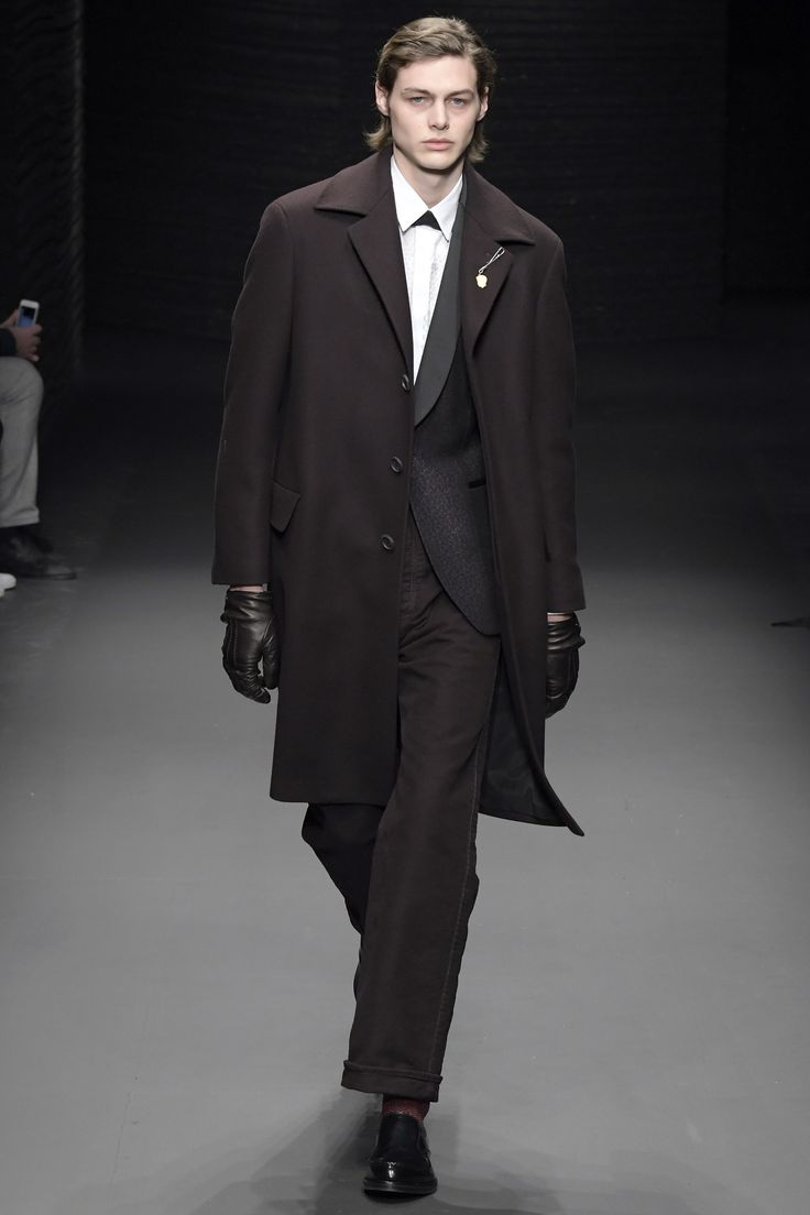 Mens leather driving gloves melbourne - Salvatore Ferragamo Fall 2017 Menswear Collection Photos Vogue