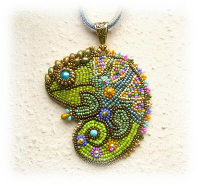 Seriously in love with this beaded chameleon pendant! By BéKata