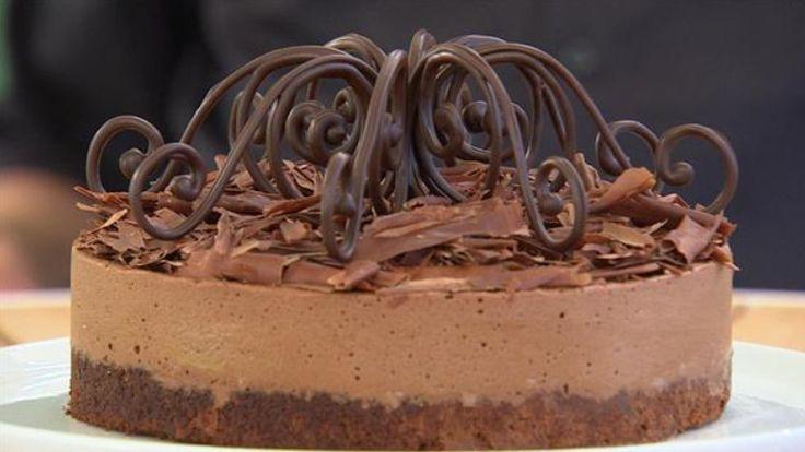 Gateau Marcel er en fantastisk fyldig chokoladekage uden mel. Opskriften består af en mousse, hvor noget bliver bagt og resten lagt overpå i et blødt lag. Umm.