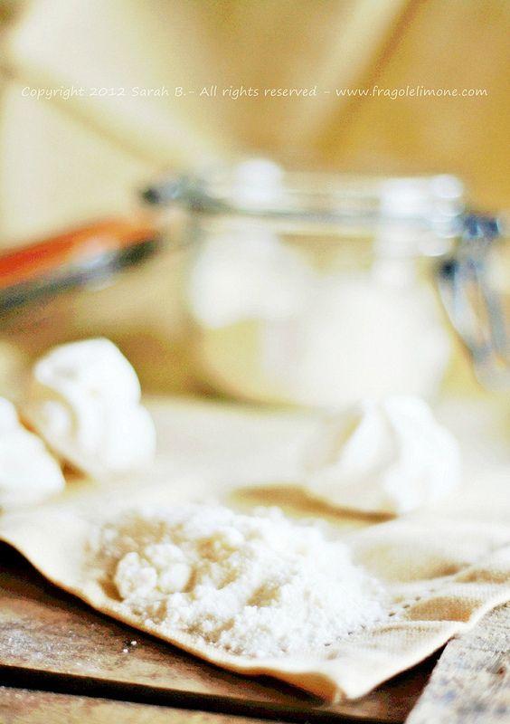 Ricetta della glassa reale con polvere di meringa ottenuta da meringhe sbriciolate. C'è anche una tabella di conversione delle unità di misura anglosassoni (tazze, cucchiai, cucchiaini,ecc..) in ml,g,cc.