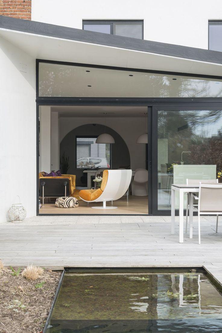 Cette maison mitoyenne des années '50, sombre à souhait, s'est transformée en un logement lumineux au style minimaliste. Tournant le dos aux conventions et ne négligeant aucun détail, le bureau gantois MVC Architecten a réussi un véritable tour de force.