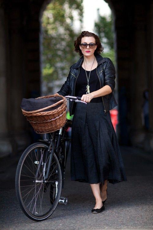 Vélo noir, panier en osier