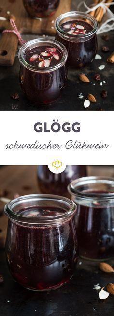 Glögg ist die skandinavische Antwort auf den deutschen Glühwein und schmeckt dank Rosinen und Mandeln nicht nur den Schweden richtig gut!