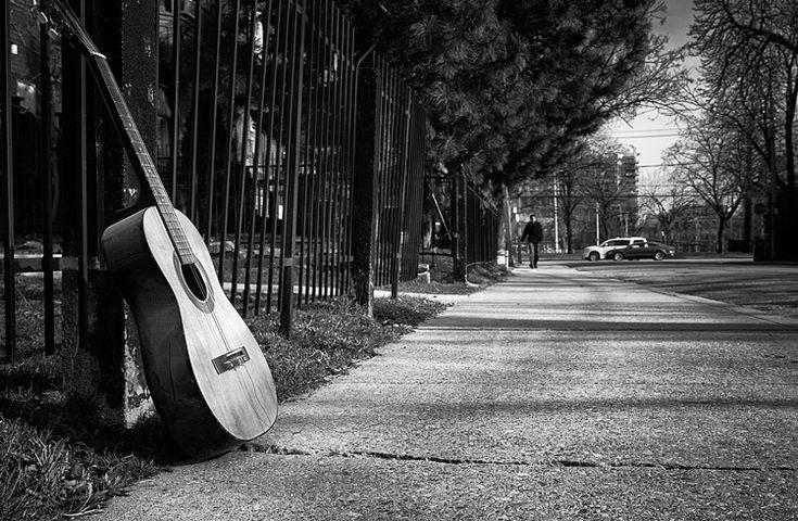 Abandoned guitar || Panasonic GH3/Lumix12-35 | 1/400s | f5.6 | ISO200