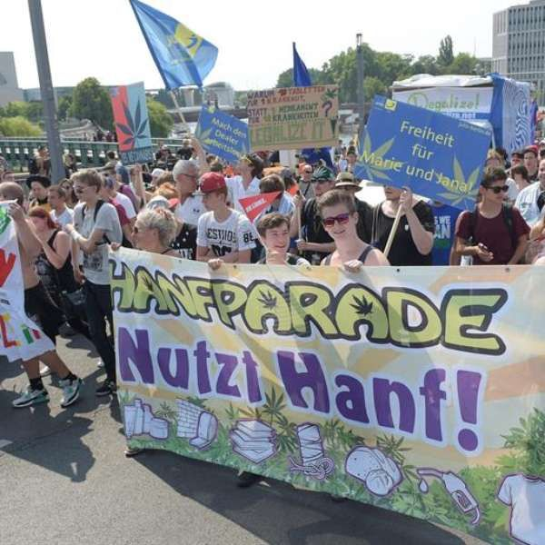 Manifestação pró-legalização da maconha reúne milhares em Berlim