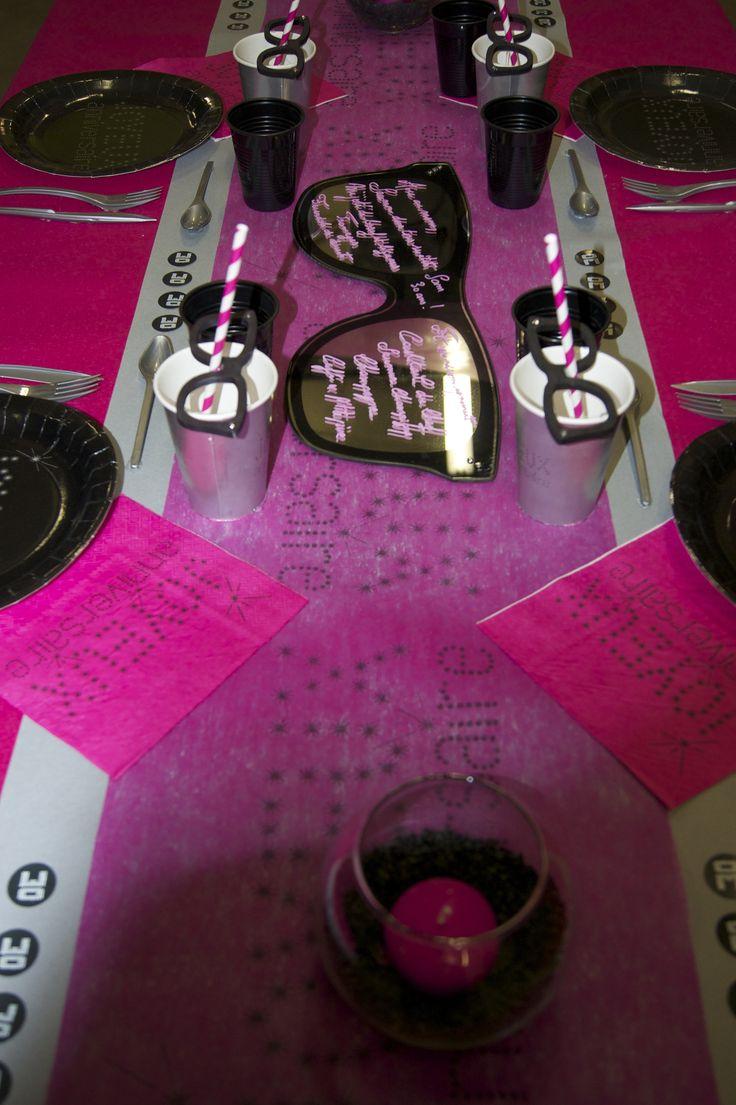 Décoration de table Anniversaire (rose / noir) -- www.le-geant-de-la-fete.com @legeantdelafete #deco #table #inspiration #chemindetable #decoration #gobelet #assiette #lunette #lunettegéante #noir #rose #vaissellejetable #girl #anniversaire #serviette #birthday #30