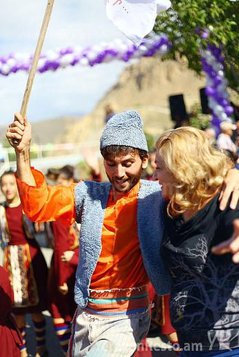 Armenia - Prowincja Wajoc Dzor - w Areni wine festival - październik - degustacje, biznes, muzyka, taniec, teatr, potrawy, konkursy.   is one of the National Armenian festivals. It promotes rural tourism in Armenia to show rich history, culture and national characteristics of the country. Festival is accompanied by the art exhibition, cheese and wine tasting, national dances, songs and etc. Join us and visit the National Armenian Areni wine festival!