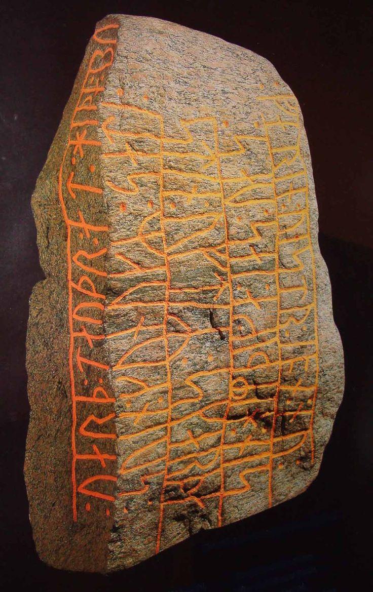 Svend Tveskæg. Indskriften lyder: Kong Svend satte stenen efter sin hirdmand Skarde som var draget vestpå men nu fandt døden ved Hedeby