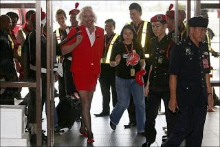 richard branson en hotesse de l air 1   Richard Branson en hôtesse de lair   travesti Richard Branson photo pari image hotesse de lair déguisement