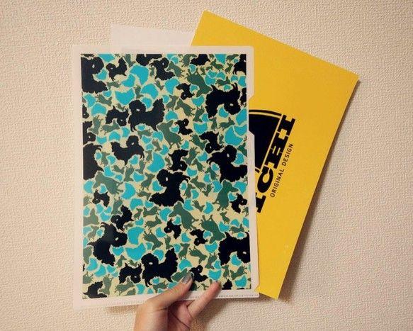 チワワのシルエットで構成された迷彩柄のクリアファイルです。ブルー系カラーが爽やかで犬好き問わず持っていて楽しいクリアファイルです♪A4サイズで材質は、厚さ0....|ハンドメイド、手作り、手仕事品の通販・販売・購入ならCreema。