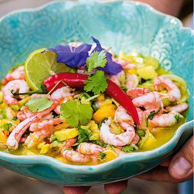 Ceviche är en peruansk älsklingsrätt där fiskar av olika slag marineras i en syrlig lag. Här ersätter vi den råa fisken med räkor. Marinaden är en lika het som frisk historia med olivolja, chili, lime och citron. Bitar av mango tillför en angenäm sötma. Supermums!