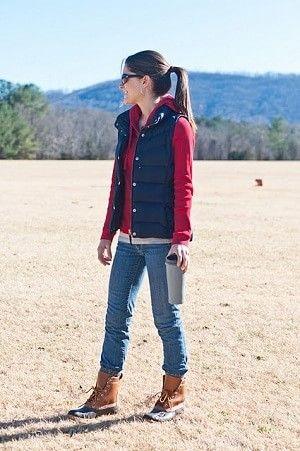 赤のパーカーにダウンベストを着るレディースコーディネート