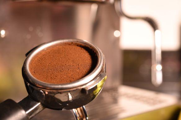 A legtöbb ember a lefőzés után egyszerűen kidobja a szemétbe a kávét