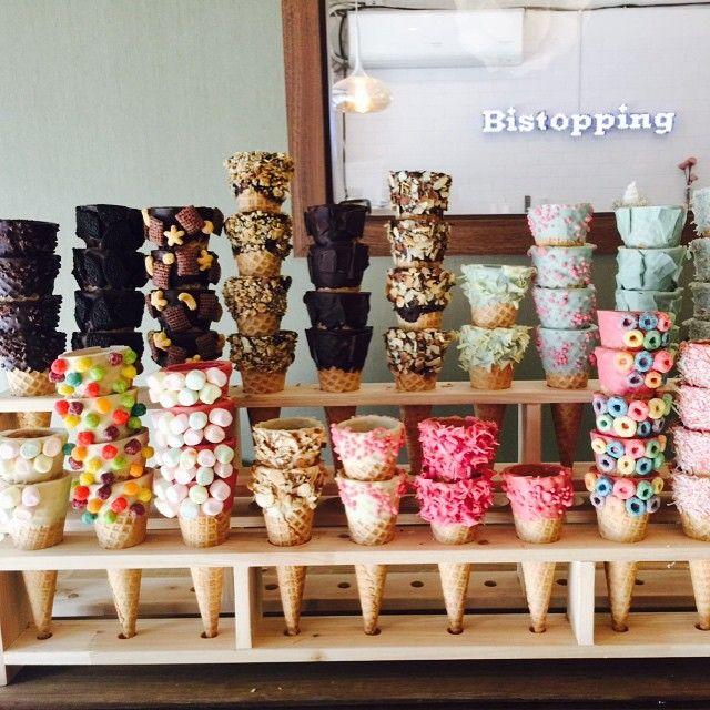 """韓国のユニークなデザートは今までにもいくつか紹介されてきましたが、カロスキルにある """"Bistopping(ビストッピング)"""" のアイスクリームが見た目もインパクトがあってすっごく可愛いんです!♡   出典:http://liveinstagram.com ビスケットとトッピングから名づけられたお店にには沢山の種類のトッピングのアイスが楽しめちゃうんです!   出典:https://www.instagram.com コーンだけでもこんなに沢山!♡  出典:https://www.instagram.com  出典:http://www.yap.place  出典:https://www.instagram.com  コーンの表面にまで可愛くトッピングされていてどれにしようかここから悩んでしまいますね♡   出典:http://www.yap.place  出典:https://www.instagram.com   出典:http://www.yap.place  出典:http://www.yap.place  出典:http://www.yap.place …"""