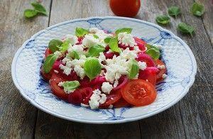 Denne tomatsalat er rigtig nem at tilberede og har en rigtig skøn og frisk smag. Du vil komme til, at holde af kombination af tomat, rødløg, balsamico og feta. Den hvide balsamico bidrager med syre og fremhæver rødløgets smukke lilla farve, hvilket giver et flot spil i salaten.