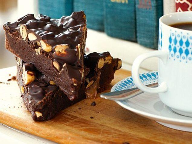 Kladdkaka med jordnötter. Recept på kladdkaka som smakar snickers. Använd saltade jordnötter om du gillar när sältan bryter av mot chokladens sötma. Kladdkakan kan bakas med osaltade nötter. Klicka...