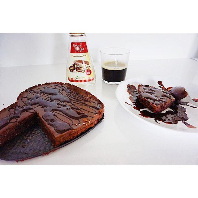 Seg och kladdig kladdkaka med protein och helt utan socker och gluten 😍🍪 Recept: 🔸50 gram kokosolja 🔸2 ägg 🔸1/2 dl sötströ 🔸2 msk fibersirap clear från @nutrinick_sweden 🔸4 msk kakao 🔸1 dl proteinpulver choklad 🔸1/2 dl mandelmjöl 👉🏽 grädda i ugnen på 175 grader i 10-15 min. Den får inte bli torr. Topping: 🔸50 gram stevia mjölkchoklad från @nutrinick_sweden 🔸2 msk kaffe 🔸1 tak kokosolja 👉🏽 smält detta tillsammans och häll över kakan när den svalnat. Toppa med mörk…