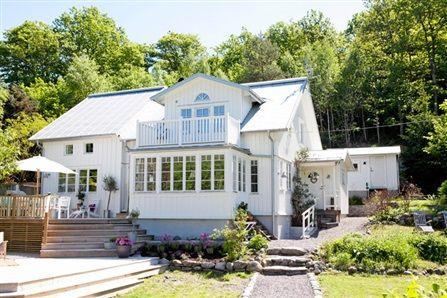 Bild på hus med välkomnande entre