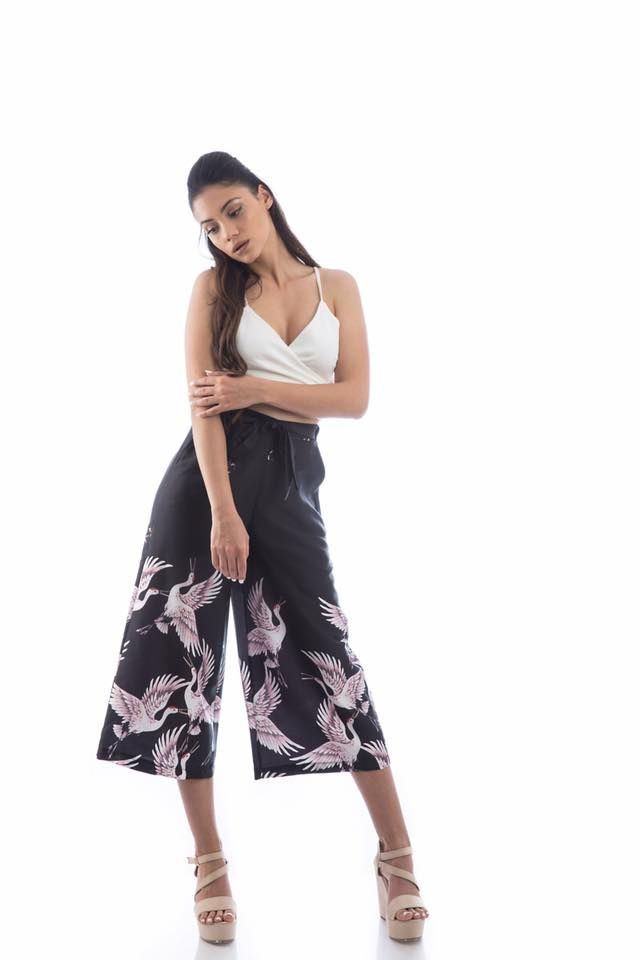 Flowing culottes with birds. Front fastening kai waist gathering. Side pockets. 97% Polyester. 3% Elastane. https://www.modaboom.com/richti-zip-kilot-me-poulia-mauri.html