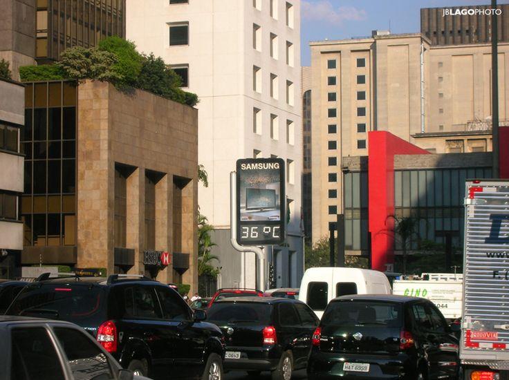 Sao Paulo: av. Paulista. Ao fundo, o Masp.