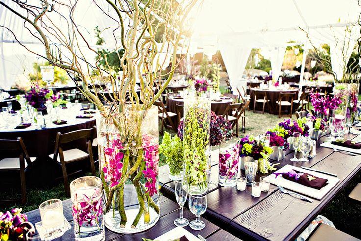 Le centre de table avec fleurs dans le vase (si si la fleur immergée dans le vase): c'est tendance! Alors pourquoi ne pas faire comme les plus grands décorateurs? (en prévoyant un test avant …