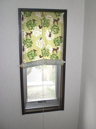 家に何もつけてない小窓ありませんか?カーテンレールもないし、ロールカーテンを買おうと思ったら無地のものでも結構な値段するんですよね。実は100均に売っているものを使って自分でロールカーテンが作れちゃうんです!