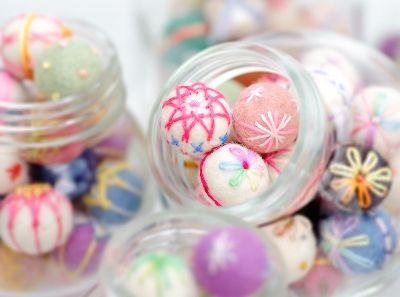 フェルトボールで作るミニ手まりの作り方|フェルト|編み物・手芸・ソーイング | アトリエ|手芸レシピ16,000件!みんなで作る手芸やハンドメイド作品、雑貨の作り方ポータル