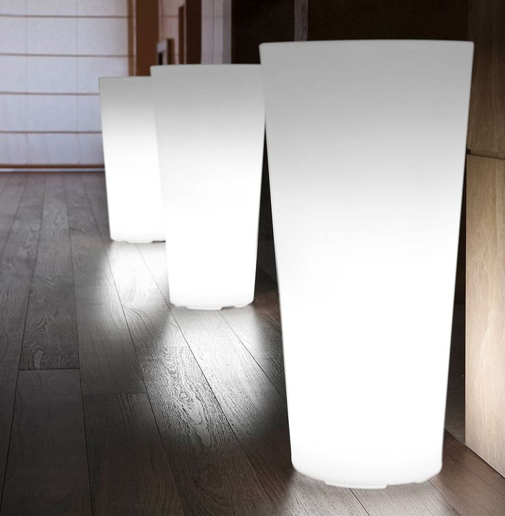 Hilo lighting by 21ST. Vaso in polietilene dalle forme classiche. Hilo è la combinazione perfetta di forme classiche e linee moderne. Con la sua illuminazione così morbida introduce la sua presenza con discrezione e garbo, senza imporsi, ma rendendo l'ambiente che lo circonda accogliente e gradevole.