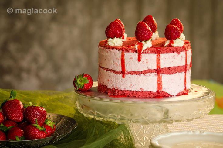 Τούρτα παγωτό - red velvet cake με παγωτό φράουλα