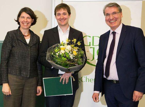 RWTH-Doktorand David Fabry vom Institut für Organische Chemie erhält im März 2016 den Carl-Roth-Förderpreis der Gesellschaft Deutscher Chemiker für seine Arbeit mit sichtbarem Licht.