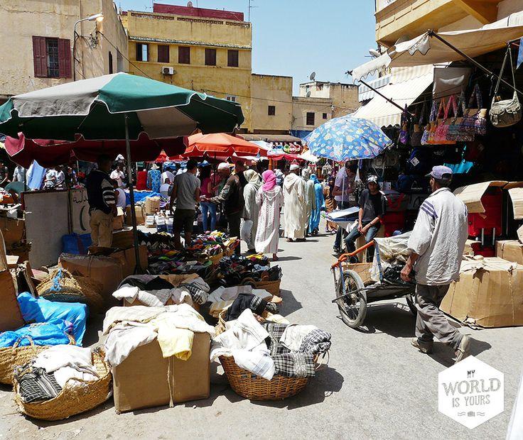 De volgende dag gaan we, niet helemaal uitgeslapen, de #souks van #Meknes in. Het onheilspellende gevoel dat we aan die nacht hebben overgehouden, verdwijnt al snel. De markt is levendig en vrolijk, met gele, blauwe en paarse puntschoenen, Adidas-gympjes, geitenhoofden (goed, die zijn iets minder vrolijk), zeepjes, bergen poeder in aardekleurige tinten, groenten, zakken wol, Fatimahanden en wasmiddelen. #Marokko #Morocco #reizen #travel