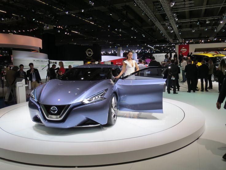 Nissan Friend-ME koncept bil. Og hun ser da også venlig ud, hende som præsenterer den.